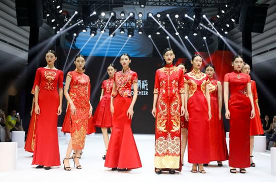 龙8国际娱乐官网时装周  东西方时尚元素大放异彩